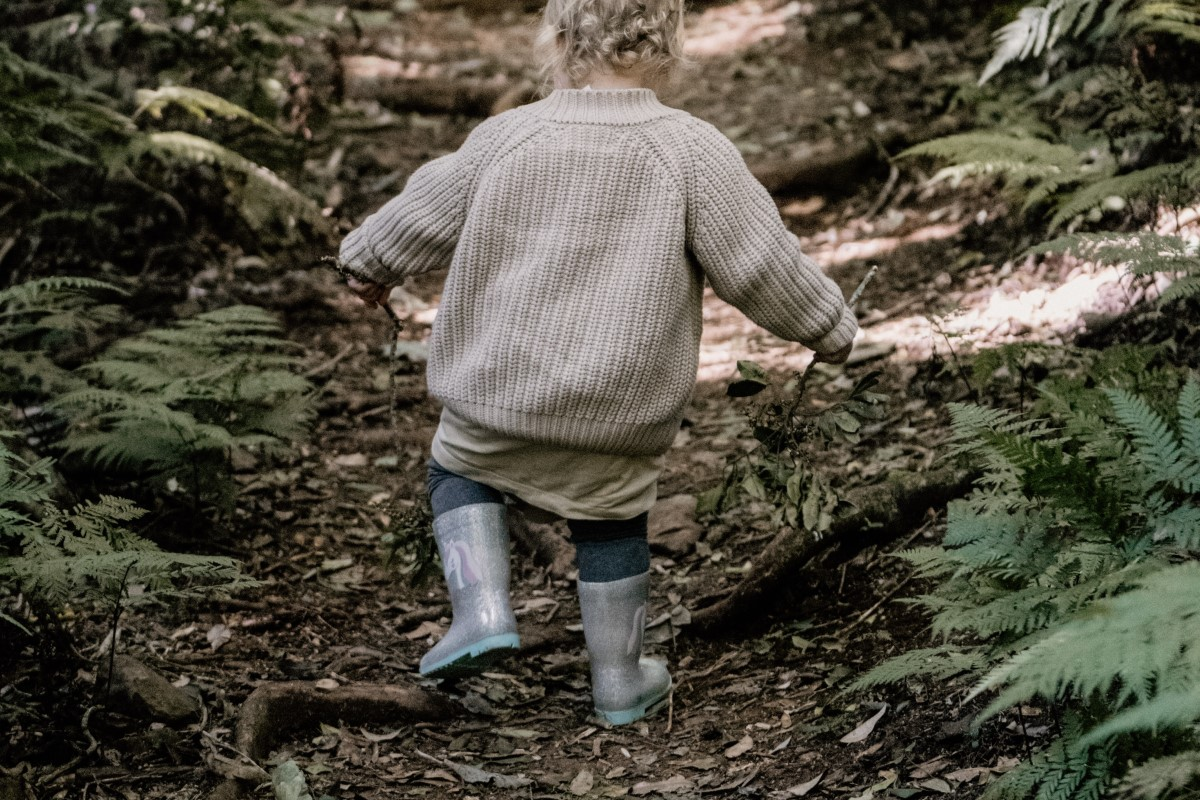 Dziecko nabiera odporności chodząc po lesie jesienią
